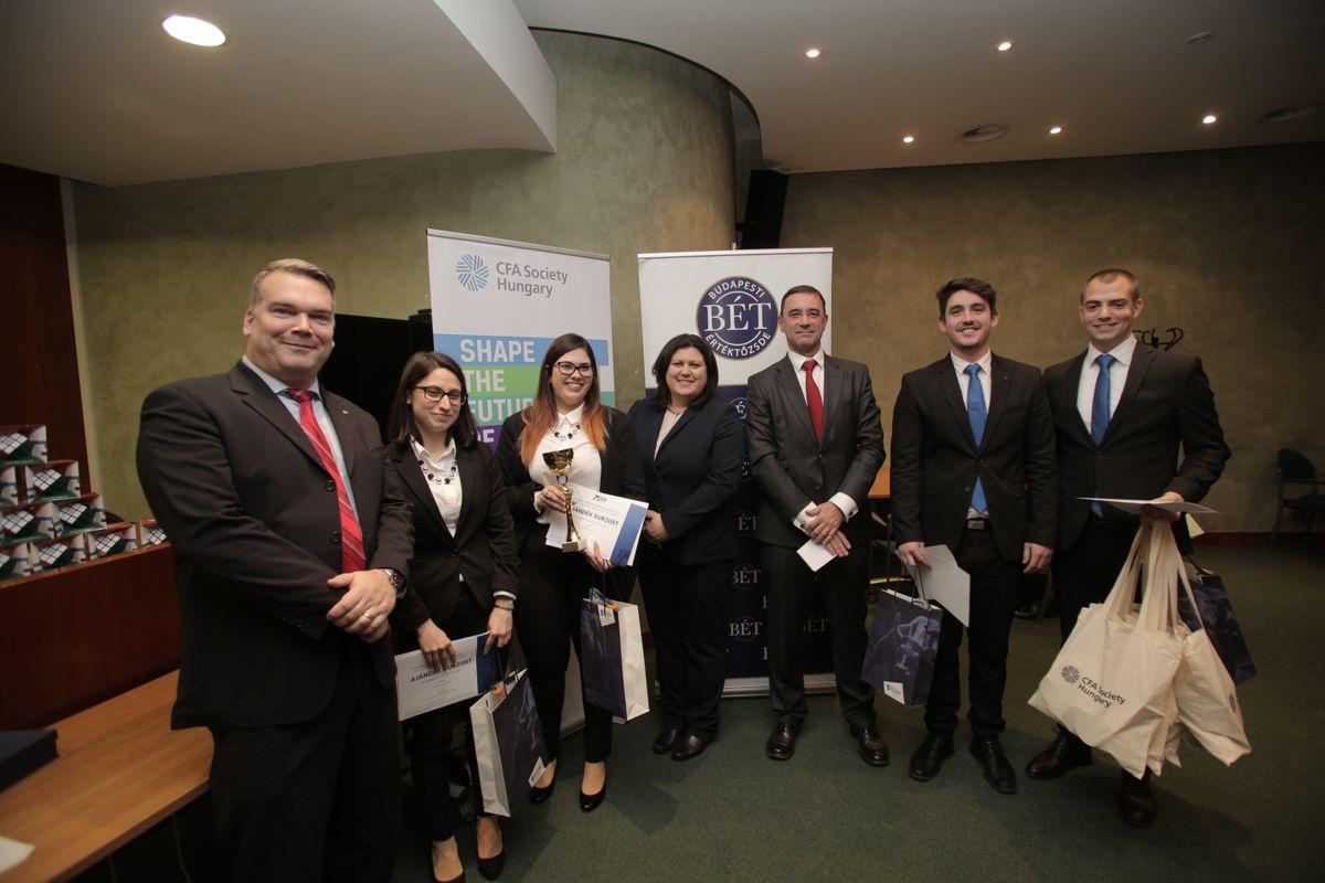 Csapatkép a magyar CFA verseny gyözteséről (Wave Partners) és az Aegon képviselőjéről