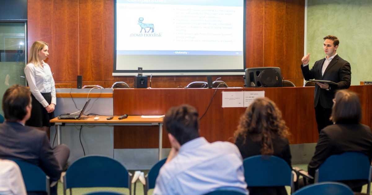 Szabó Noémi és Anton Berzelius prezentál a Megatrend Sales Pitch hallgatóságának